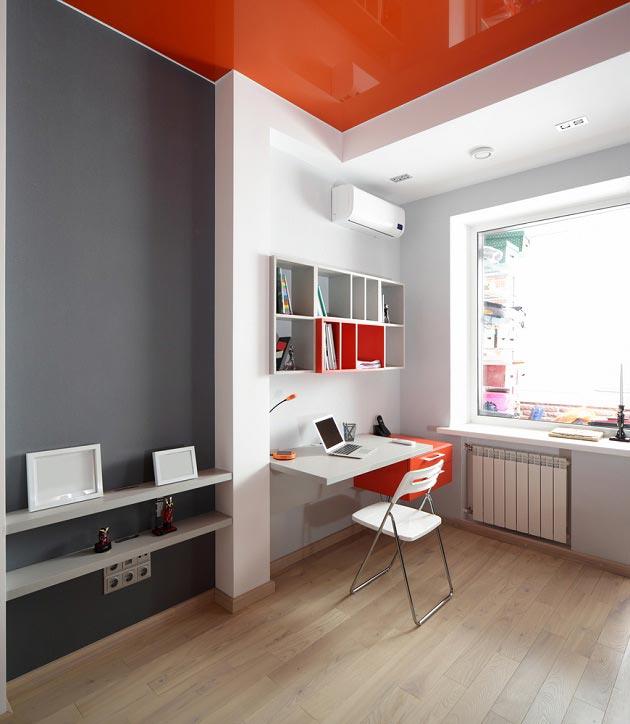 Использование оранжевого цвета в детской на потолке и у письменного стола