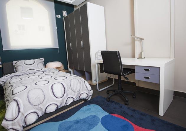 Шкаф с отделением для хранения обуви, кровать и рабочий стол для ребенка