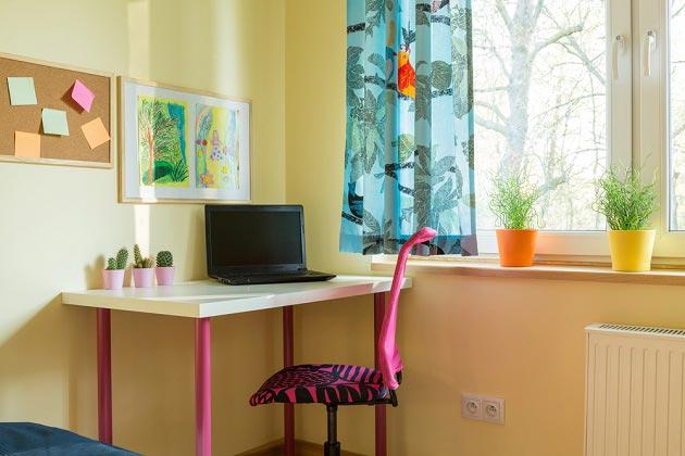 Стол для девочки у окна