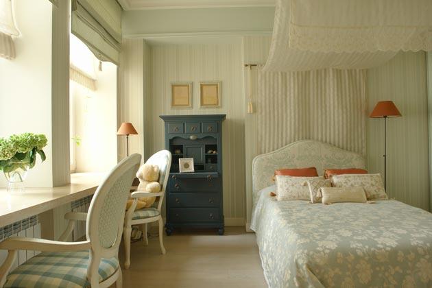 Письменный стол для двоих у окна в комнате для девочек