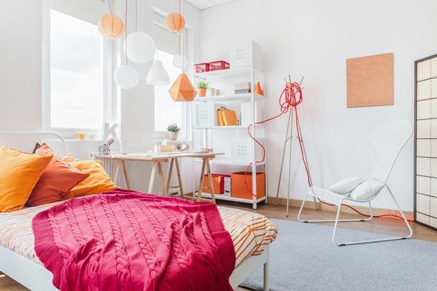 Абажуры, подушки, картина создают яркие акценты в подростковой детской
