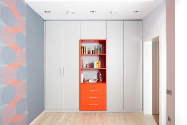 Детский шкаф в белом цвете с оранжевым акцентом