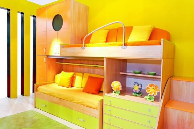 Модель кровати с полочками и комодом