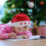 Дети украшают комнату к Новому году