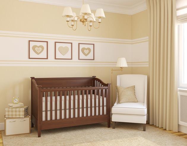 С деревянной кроваткой и настенным декором в виде картин
