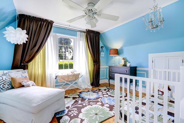 Голубые стены и текстиль с преобладанием коричневых оттенков