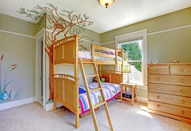 Рисунки дерева и пруда в детской для двоих детей