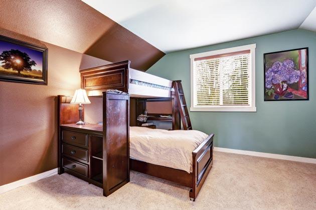 Шкаф и два спальных места одно над другим под углом