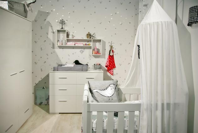 Кроватка с балдахином и комод в детской