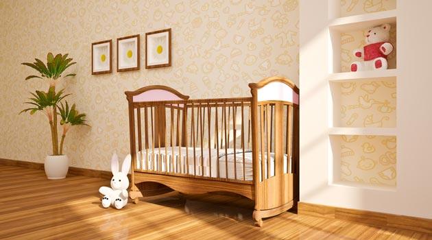 Деревянная кроватка возле встроенной ниши из гипсокартона
