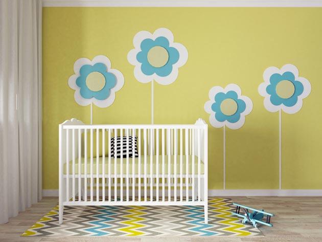 В желтом цвете с белой кроваткой и цветочками на стене