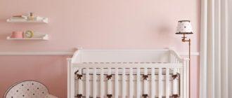 Белая меебль и розовый стены в интерьере для новорожденной