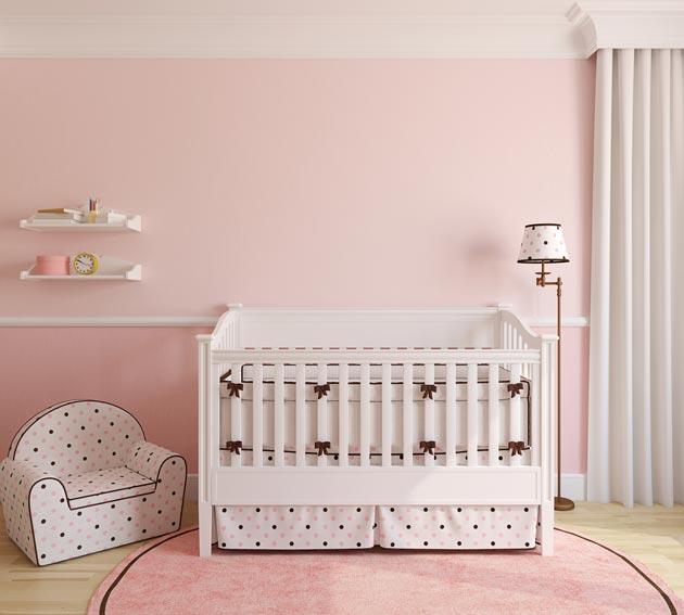 Стены и коврик в нежно розовом цвете, мебель в стиле прованс