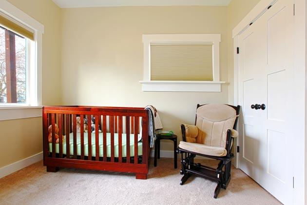 Кроватка и кресло для мамы в комнате грудничка