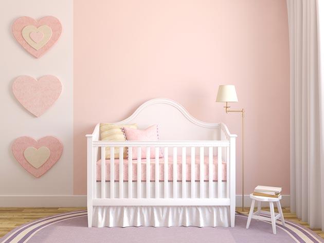 В нежно розовом цвете с настенным декором в виде сердечек