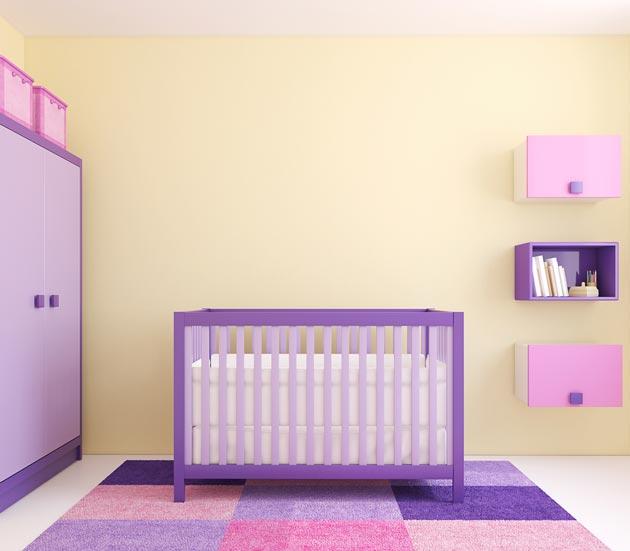 Мебель и ковер в оттенках сиреневого на фоне светло бежевых стен