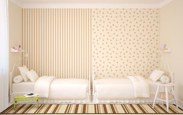 Расположение двух кроватей вдоль стены, визуально разделенных обоями