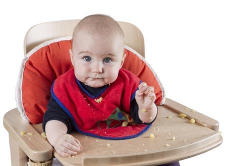 Ребенок за деревянной столешницей