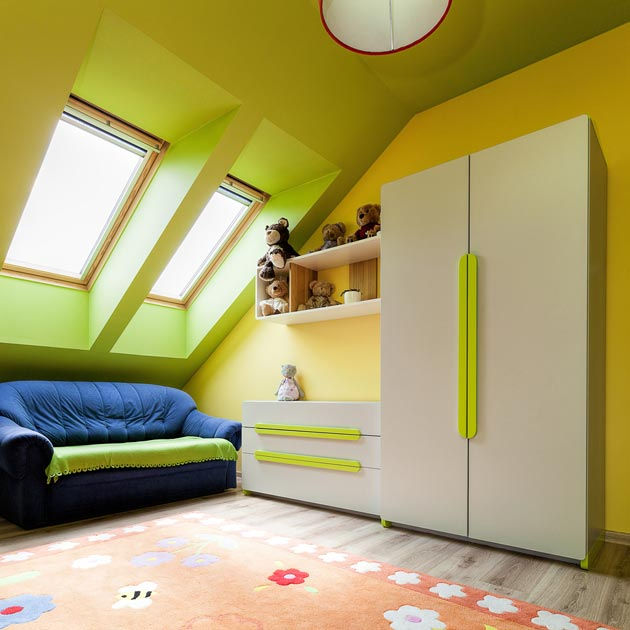 Белый шкаф на фоне салатово-желтых стен