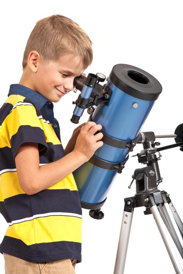 Ребенок с детским телескопом