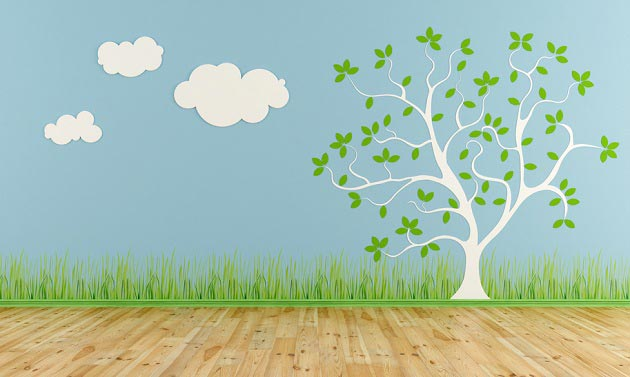 Нарисованные дерево, облака и трава на стене в детской