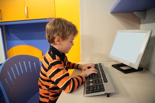 Ребенок занят игрой на компьютере