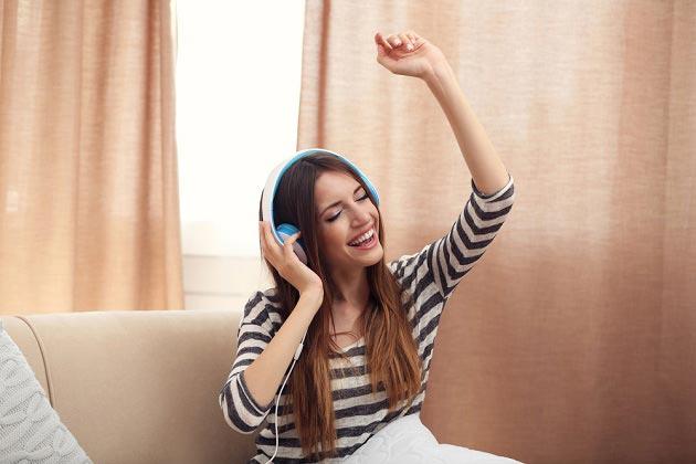 Девочка подросток слушает музыку