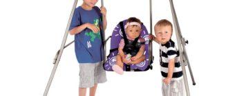 Дети катаются на качелях