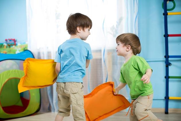 Дети играют подушками