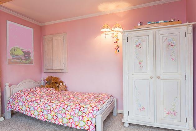 Розовый цвет в интерьере с белой мебелью