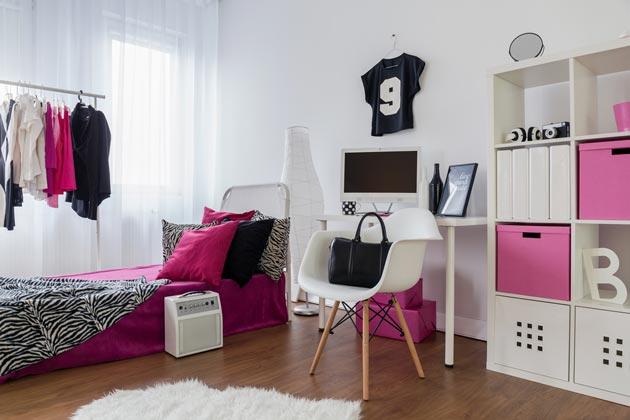 Белая комната с контрастными черным и белым цветами в аксессуарах