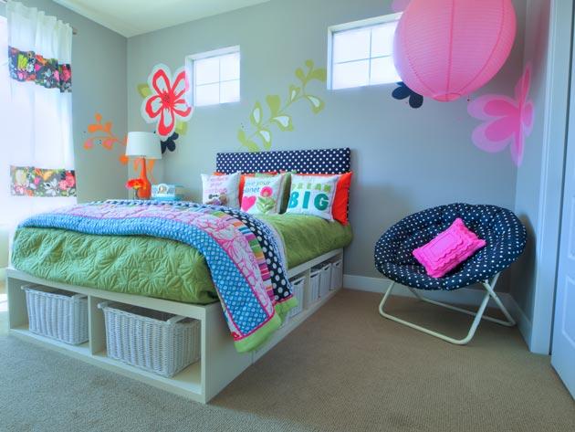 Украшение кровати текстилем с рисунком и стен