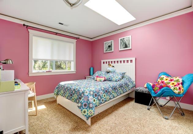 Розовые стены и яркие акценты в текстиле