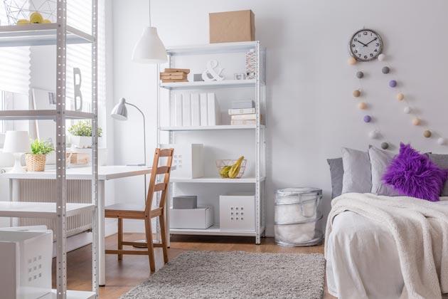 Белая мебель и светлый текстиль в интерьере с яркими украшениями