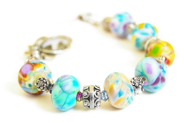 Красивый браслет из камней и бисера