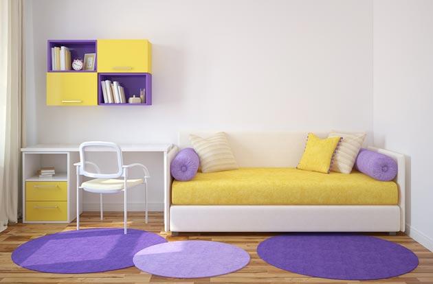 Уютный яркий диван рядом с письменным столом ребенка