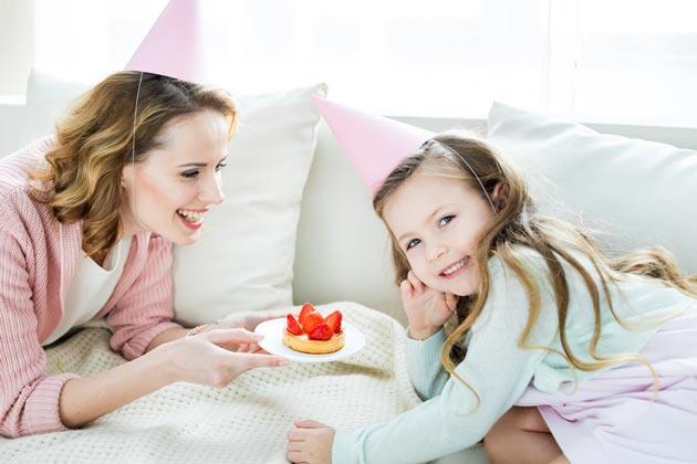 Мама с дочкой и тортиком