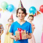 Мальчик 12-ти лет с подарком