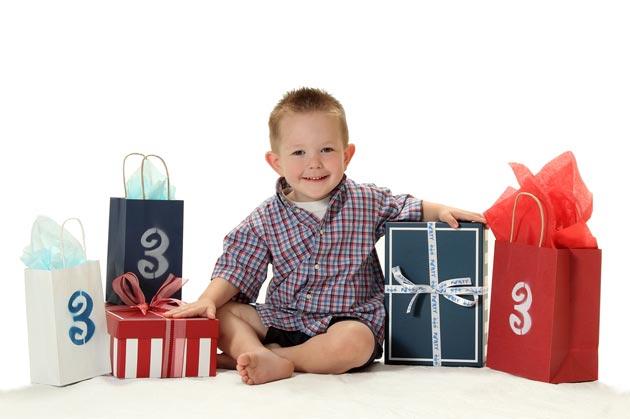 3-летний мальчик с подарками