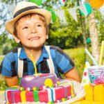 Мальчик 7 лет с подарками на день рождения