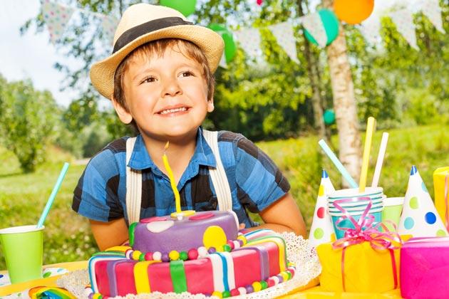 Мальчик с подарками на день рождения