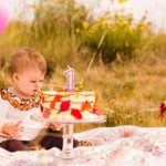 Ребенок с тортом на 1 годик