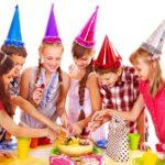 Девочка 13 лет с друзьями на дне рождения