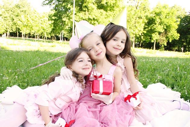 Девочка 9 лет с подружками на день рождения на природе