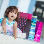 Двухлетняя девочка в окружении подарков
