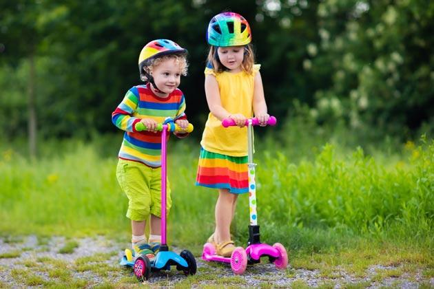 Дети на трехколесных самокатах от 2-х лет