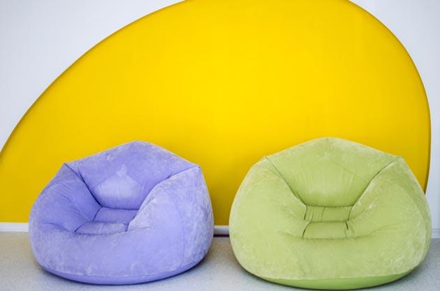 Разноцветные надувные кресла