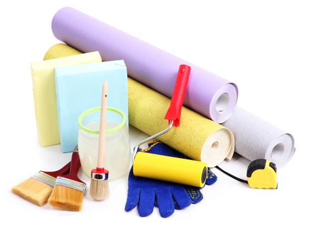 Рулоны обоев и инструменты для ремонта