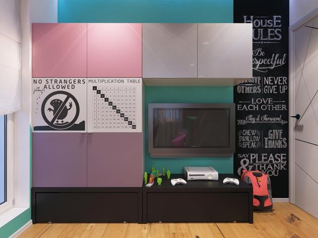 Со шкафом с дверцами разного цвета и доской для рисования мелом