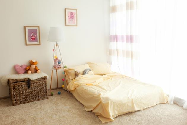 невысокое спальное место со светлым текстилем